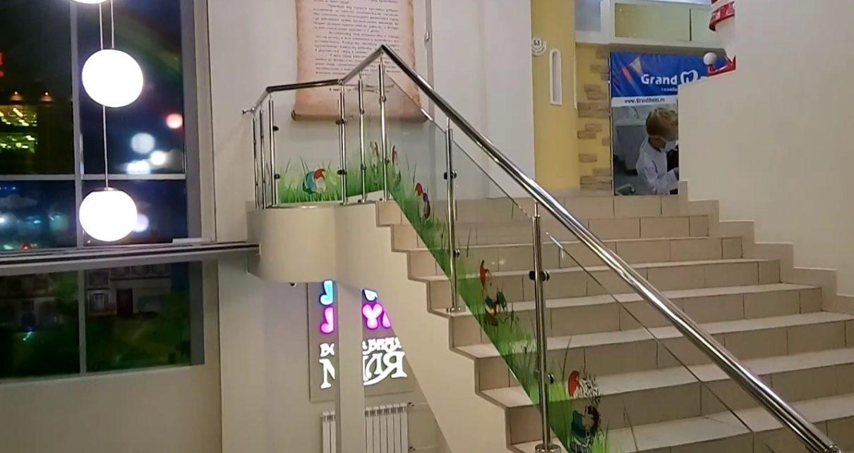 Лестницы со стеклянным ограждением: что нужно знать